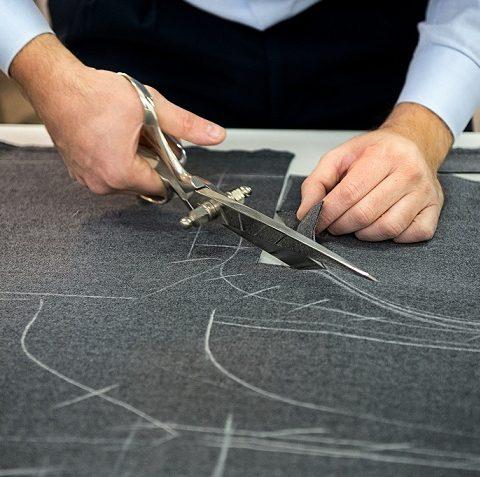 Gunagorden memotong kain untuk pembuatan gorden